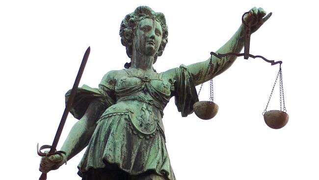 Justiz Verhandlung Gericht Justizia Justitia Symbolbild