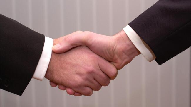 Vertragsabschluss Handelsabschluss Abschluss Vertrag Kollektivvertrag Verhandlung Händedruck zwischen Managern