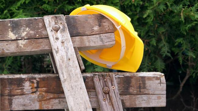 Helm auf einer Baustelle Helm auf einer Baustelle [ (c) www.BilderBox.com, Erwin Wodicka, Siedlerzeile 3, A-4062 Thening, Tel. + 43 676 5103678.Verwendung nur gegen HONORAR, BELEG,URHEBERVERMERK und den AGBs auf bilderbox.com](in an im auf aus als and bei