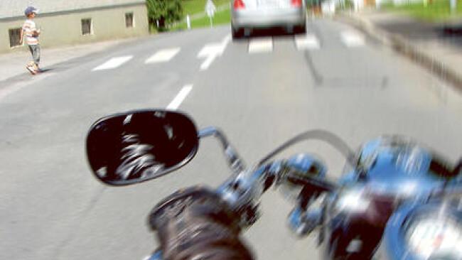Schutzweg Zebrastreifen Motorrad Verkehr