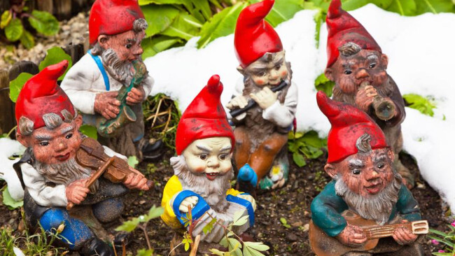 Viele Gartenzwerge in einem Garten. Kitsch macht Freude