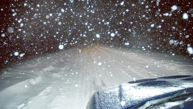 Schneefahrbahn Schneefall