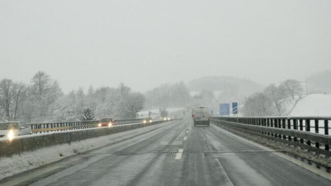 Autobahn mit winterlichen Verhältnissen  - Autostreat in the winter Winter Schnee Schneefahrbahn Auto Verkehr