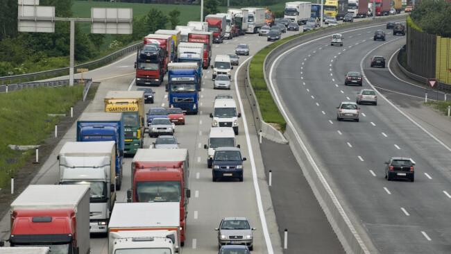 Auto LKW Verkehrsstau auf der Autobahn - holdup on the freeway