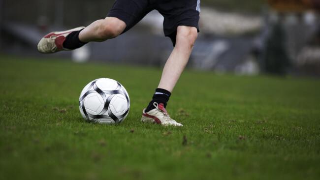 Fußball Ausschuss Schuss Tormann Spieler Spielfeld Rasen Ball