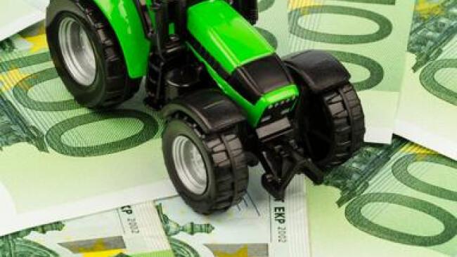 Traktor auf Euro-Banknoten Kosten, Erträge und Förderungen eines Bauern in der Landwirtschaft