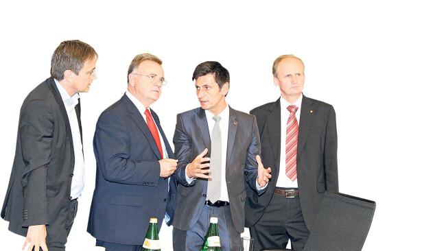 Ursachenforschung im roten Chefbüro: Landeshauptmann Hans Niessl (2.v.l.), Nationalrat Erwin Preiner (r.), SPÖ-Klubobmann Christian Illedits (2.v.r.) und Energie-Vorstand Michael Gerbavsits.