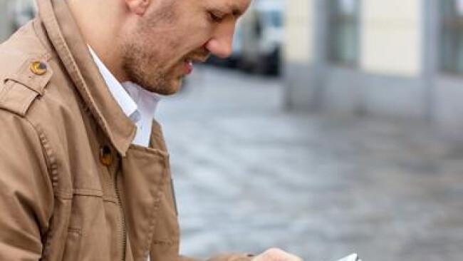 Handy Telefon Mobiltelefon mobil Mann schreibt SMS Ein Mann schreibt auf seinem Handy ein SMS. Kommunikation mit einem Smart phone