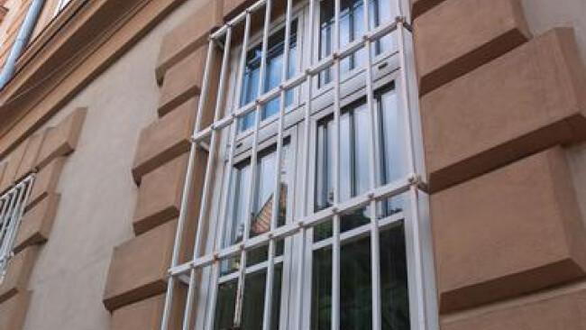 Vergitterte Fenster einer Justizanstalt, Gefängnis