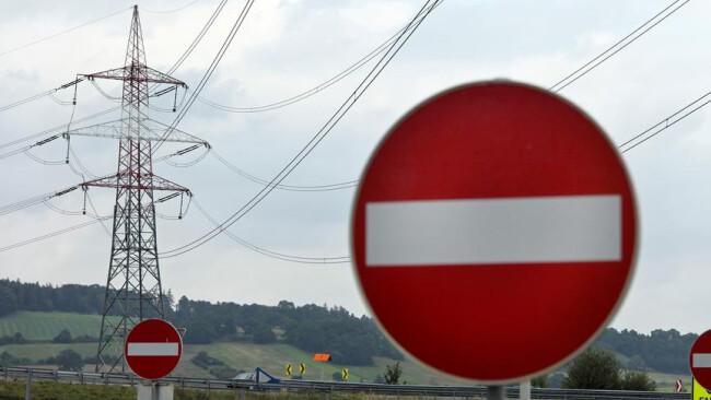 Einbahn Einbahnstraße Strommast einer Stromleitung für Energie Strommast einer Stromleitung für Energie