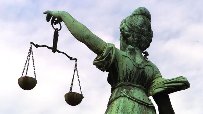 Gericht Justitia Rücken
